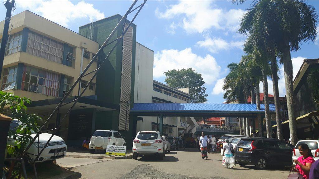 PJ in Sri Lanka (Galle) - Ablauf in der Chirurgie - Gebäude des Karapitya Hospitals