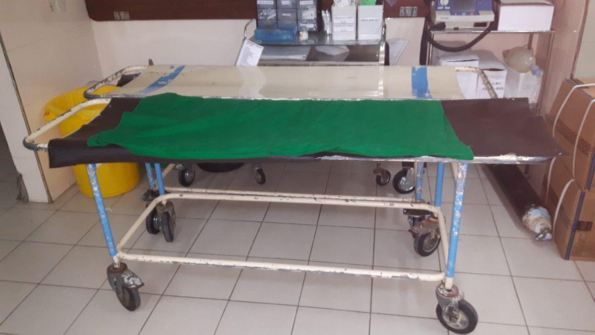 PJ in Sri Lanka (Galle) - Ablauf in der Chirurgie - Patientenliege im Karapitya Hospital